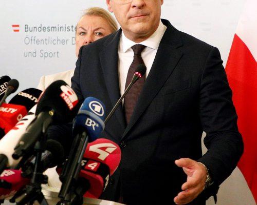 EL VICECANCILLER de Austria, Heinz-Christian Strache, anunció su dimisión en rueda de prensa tras la difusión de un vídeo en el que se muestra dispuesto a aceptar ayudas financieras con tal de llegar al poder.