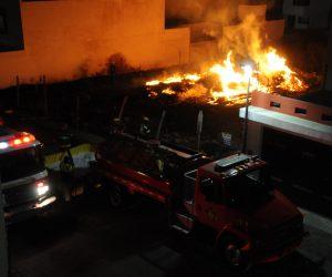 LA CALLE fue cerrada por Policías Municipales mientras bomberos sofocaron el incendio