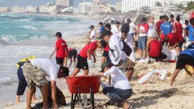 MÁS DE mil funcionarios del gobierno de Cancún participaron en la jornada Todos contra el Sargazo, cuya finalidad fue recolectar las macroalgas que han llegado a 12 playas de este centro turístico.