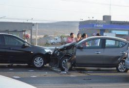 EN EL choque múltiple, el automóvil Nissan Versa (más afectado) terminó con el frente en dirección opuesta a la circulación.