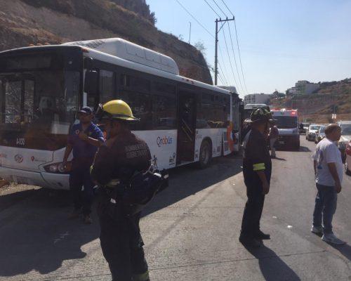 PARAMÉDICOS del CRUM, Rescate 1, Bomberos de Querétaro y otros servicios de emergencia, acudieron al lugar para valorar a los lesionados.