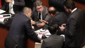 RICARDO Monreal, presidente de la Junta de Coordinación Política del Senado, señala que no necesitan mayoría calificada para legitimidad en leyes de la Guardia Nacional, les bastaría con Morena, pero van por unanimidad.