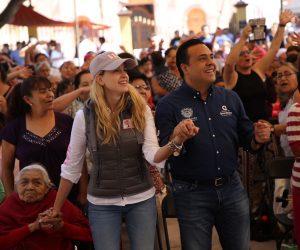 El alcalde Luis Nava y su esposa Domínguez en el festejo a más de 700 mamás de Villa Cayetano Rubio.